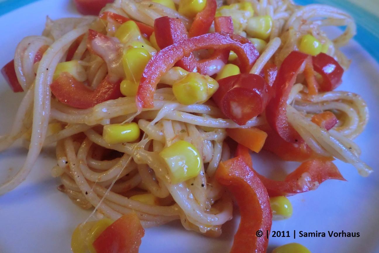 Gebratene Nudeln mit Käse überbacken und Gemüse