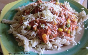 Nudeln mit Tomatensauce Gemüse und Thunfisch