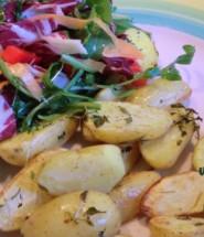 Thymiankartoffeln mit Sommersalat