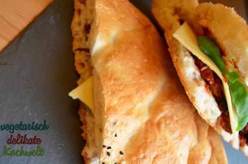 Fladenbrot mit Oliven-Tomaten-Dip