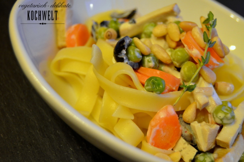 Bandnudeln mit Gemüse in Weißwein-Sojacreme-Sauce