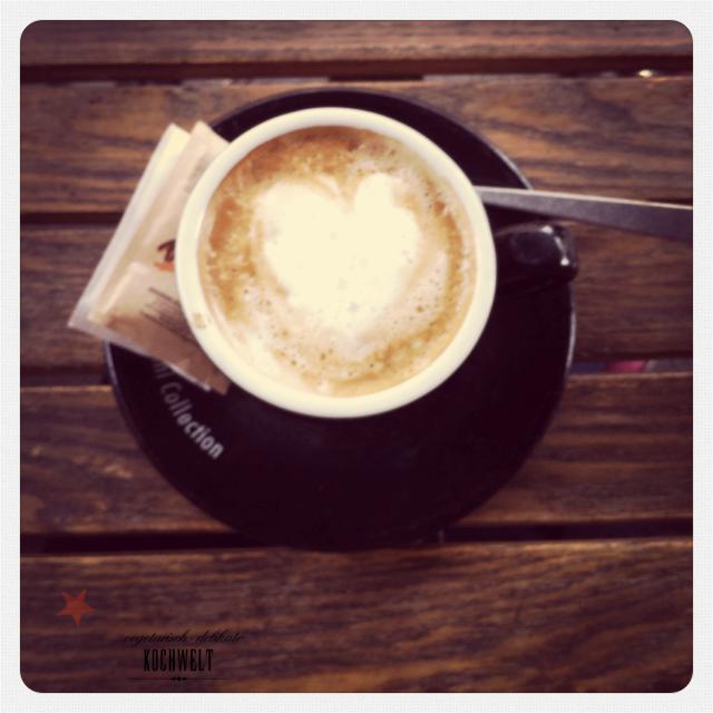 Capuccino im Café ums Eck