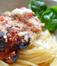 Nudeln mit Tomate und Olive