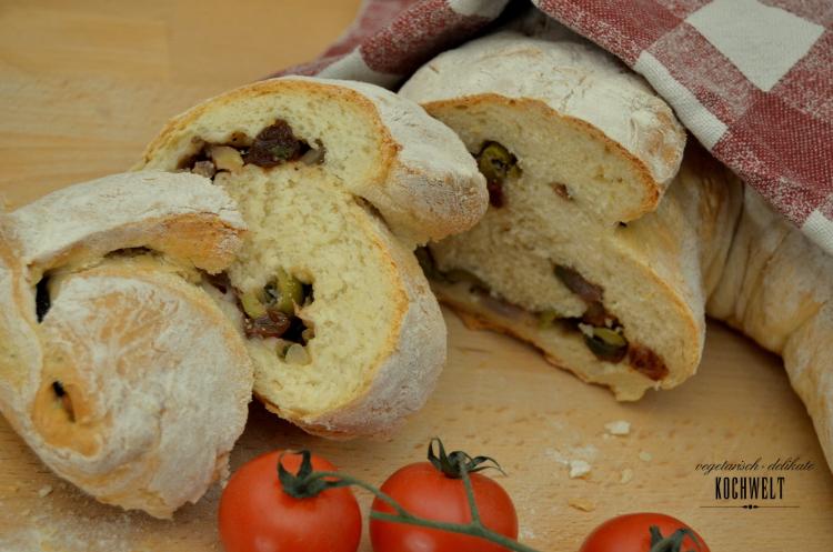 aufgeschnittener Hefezopf mit Olivenfüllung