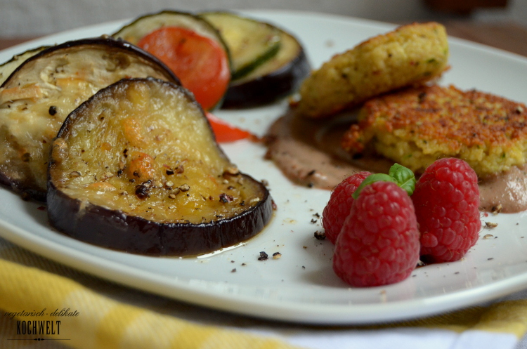 pikante Couscous-Bratlinge zu Himbeer-Pesto  und Gemüse