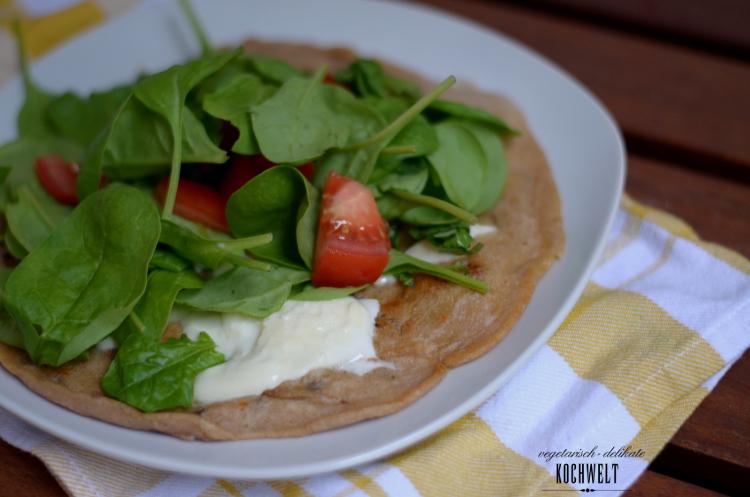 Foccacia-Pfannkuchen mit Mozzarella und Spinat