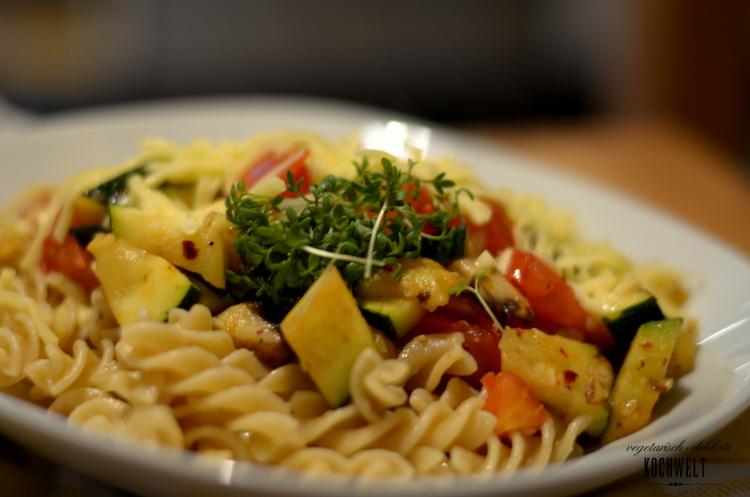 Gemüsepfanne mit Nudeln und Käse