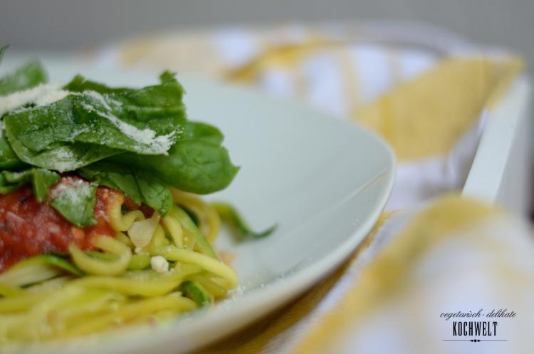 Zucchini-Spaghetti mit Tomatensauce und Spinat, Teller im Detail