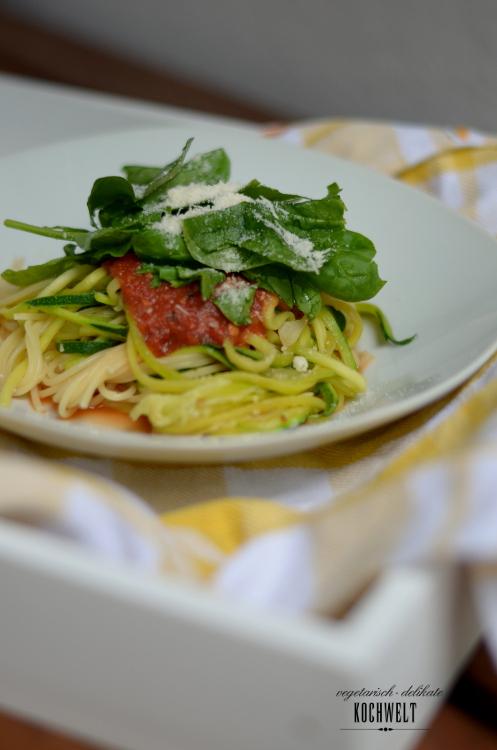 Zucchini-Spaghetti mit Tomatensauce und Spinat