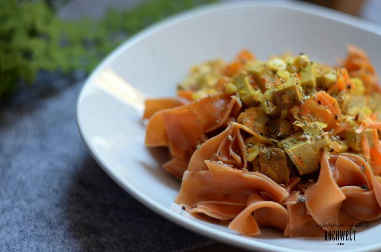 rote Pasta mit Curry-Tofu und Möhren