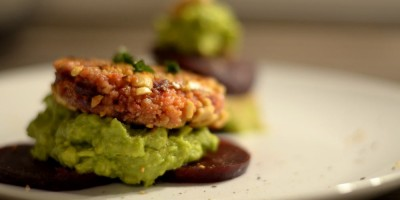 Erdnuss-Couscous-Patties auf Roter Beete mit Avocadocreme
