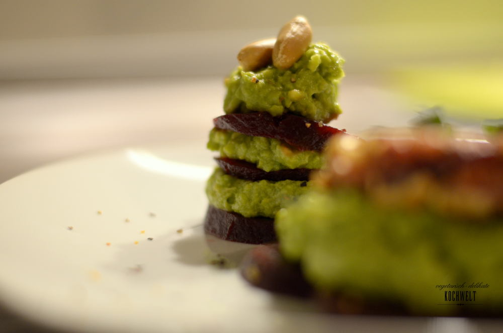 Erdnuss-Couscous-Patties auf Roter Beete mit Avocadocreme