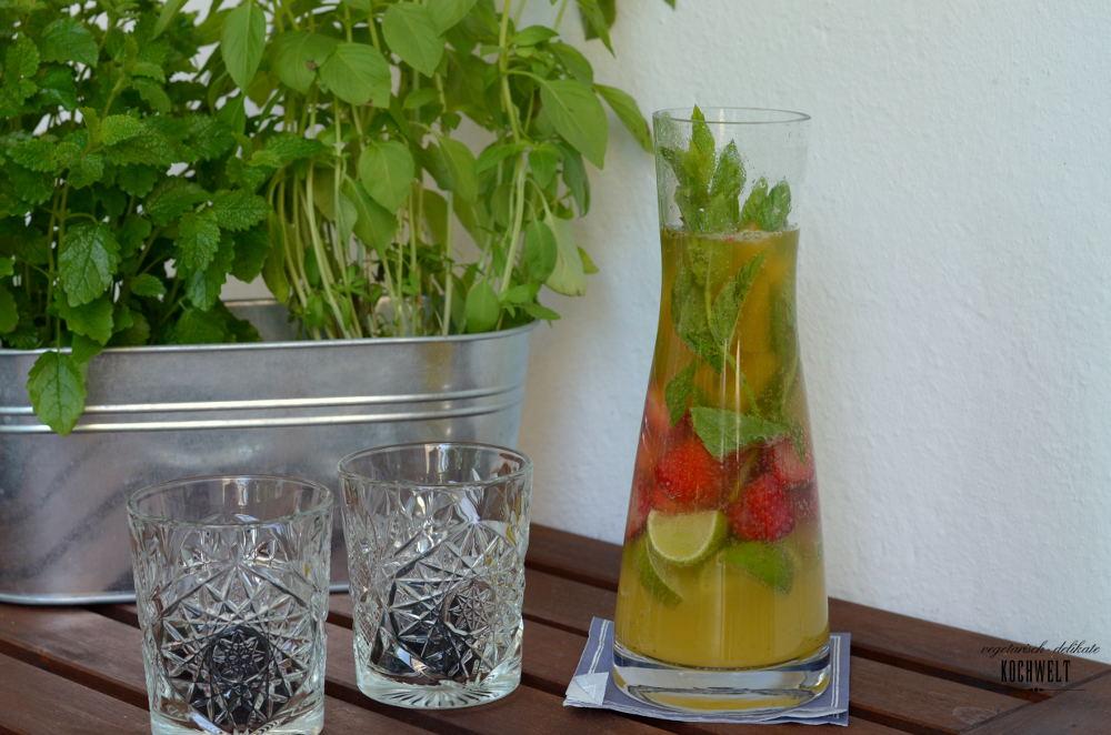 Erdbeer-Minz-Schorle mit Limette und Maracuja-Eiswürfeln