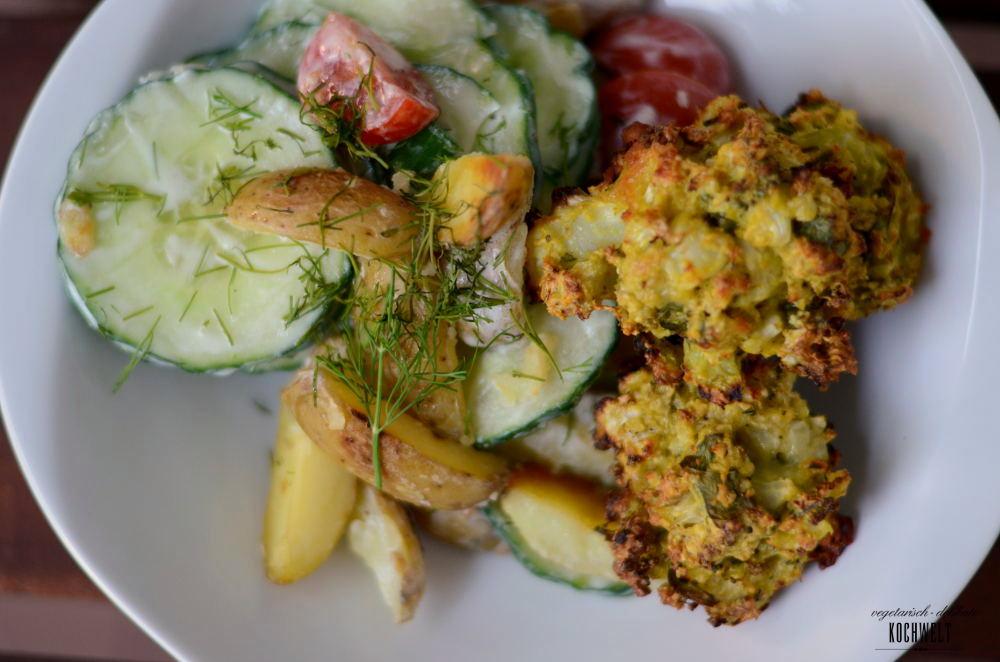 Bratkartoffel-Gurken-Salat mit Blumenkohlfrikadellen