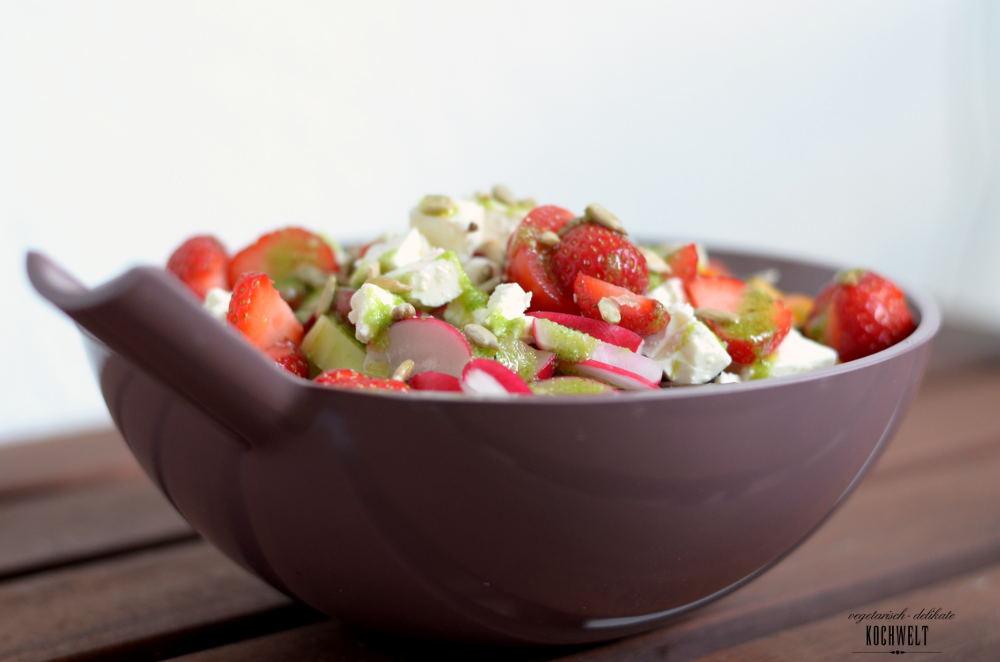 Bunter Salat mit einem Dressing aus Zitronenbasilikum und Rosenwasser