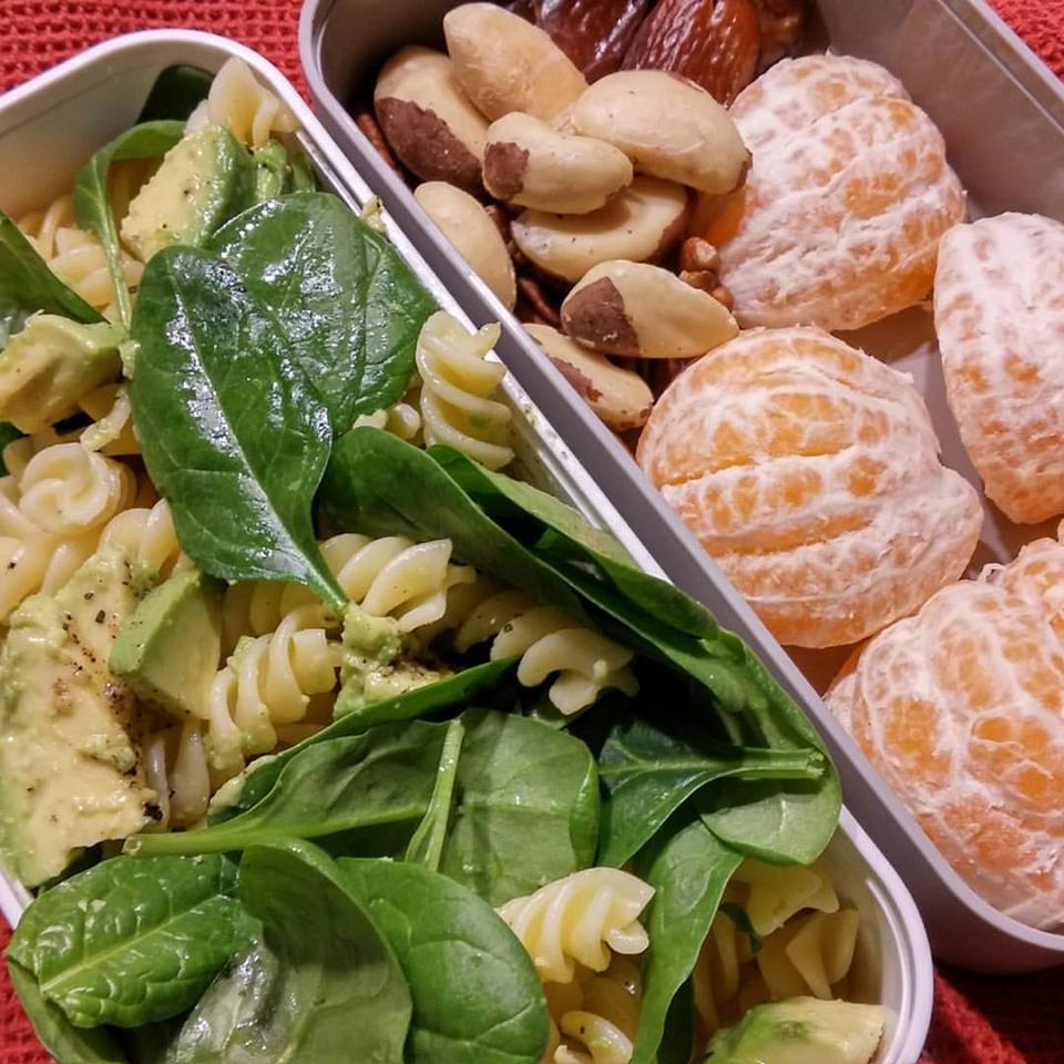 Avocado-Nudelsalat mit Spinat