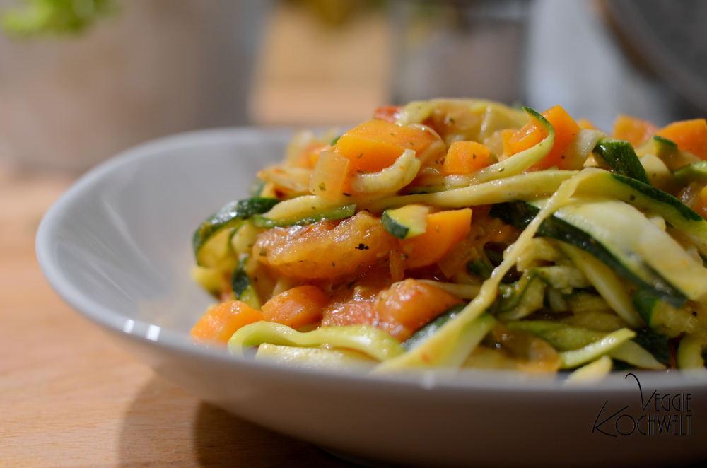Zucchini-Nudeln mit Gemüsesauce