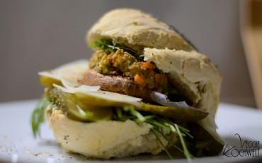 Veganer Burger mit einem gefüllten Pilz