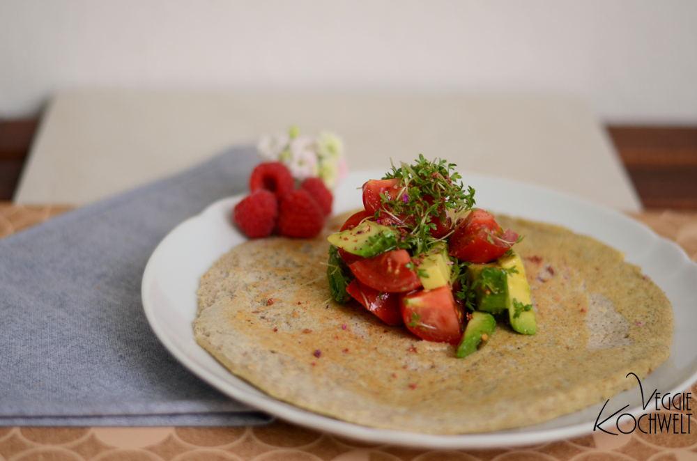 Buchweizenpfannkuchen mit Avocado-Tomaten-Salat