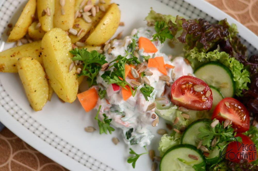 Ofenkartoffeln mit Kräuterquark und Salat