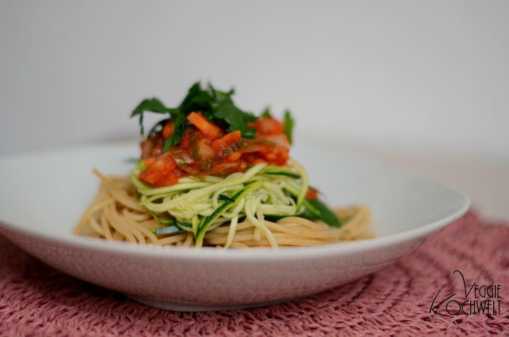 vollkorn spaghetti mit veganer gem se linsen bolognese veggiekochwelt. Black Bedroom Furniture Sets. Home Design Ideas