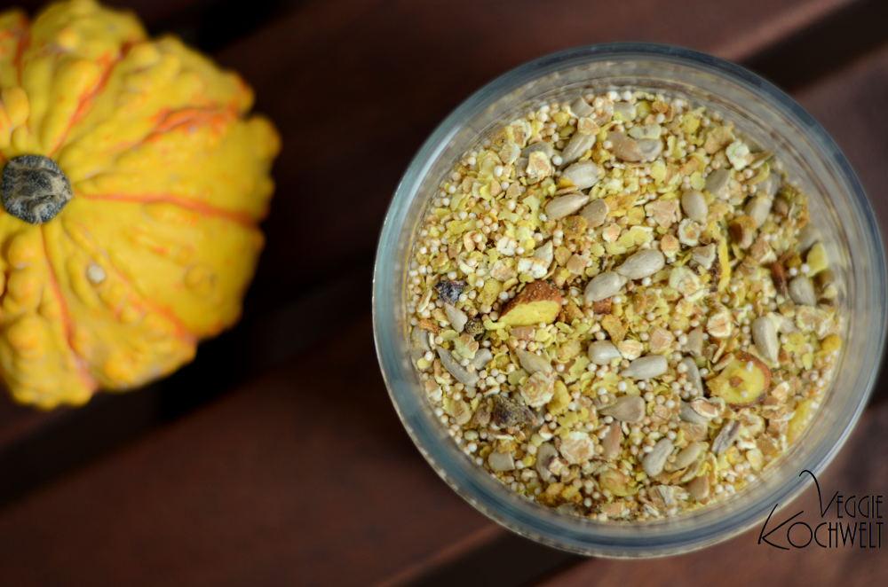 kurkuma-ingwer-muesli-mit-getrockneten-pflaumen-und-nuessen
