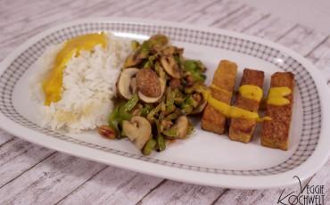 Gemüsepfanne mit Tempeh, Reis und einer Mango-Erdnuss-Sauce