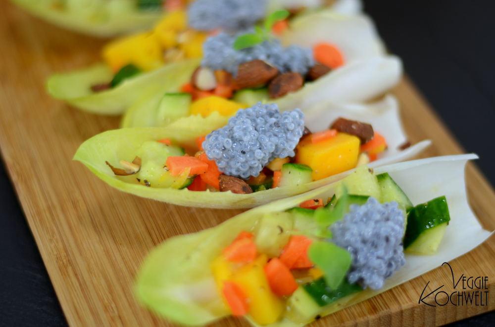 Chicorée-Schiffchen mit Mango-Salat