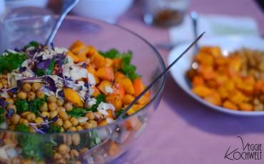 Grünkohlsalat mit gebackenen Kichererbsen und Kürbiswürfeln
