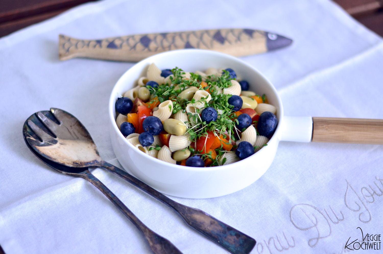 bunter Nudelsalat mit dicken Bohnen