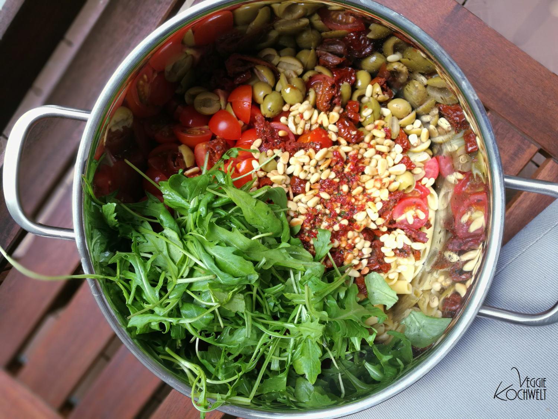 Nudelsalat mit einer Variation an Tomate