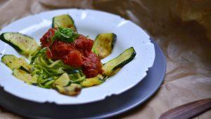 Zucchini-Nudeln mit reduzierter Tomatensauce