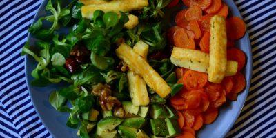 Feldsalat mit gebratener Möhre und Grillkäse