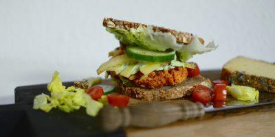 Vegetarischer Tofu-Burger mit Vollkornbrot und einer Brokkoli-Creme