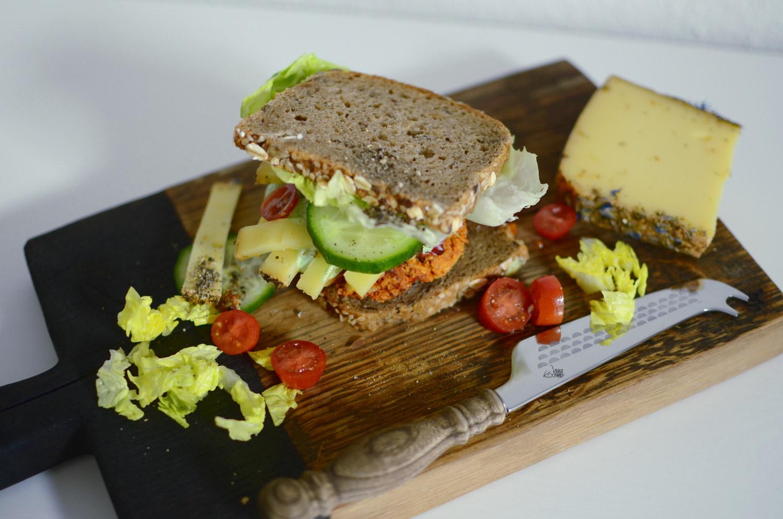 Vegetarischer Tofu-Burger mit Vollkornbrot und einer Brokkoli-Creme II