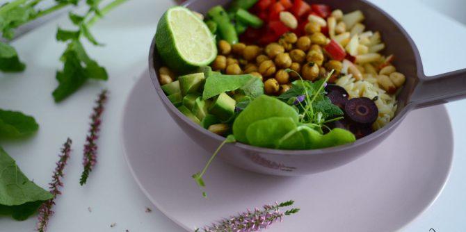 Gemüse-Bowl mit gerösteten Kichererbsen und Avocado - nährstoffwelt