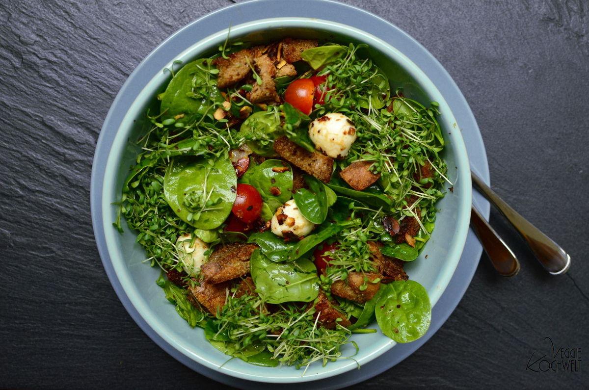 gekühlter Brot-Salat mit Spinat und Tomaten
